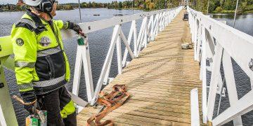 Kaidelautoja vaille valmis uusi silta. Vanhasta hyödynnettiin vain betoniperustukset ja teräspylonit, joista niistäkin uusittiin osia. Keikyän perikunnan Markku Torpo saa olla tyytyväinen.