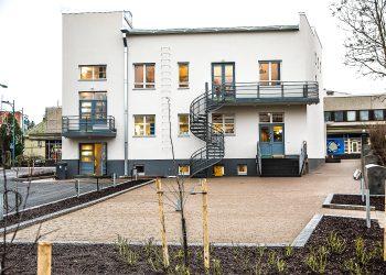 Kesäisin talon toiminta laajenee sekä Rautaveden puoleiselle piha-alueelle että jalkakäytävälle Marttilankadun puolelle.