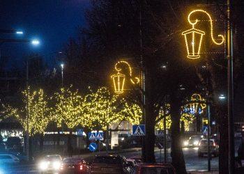 Uusia jouluvaloja Puistokadulla. Taustalla yrittäjien jouluvaloja torin ympäristön puissa.