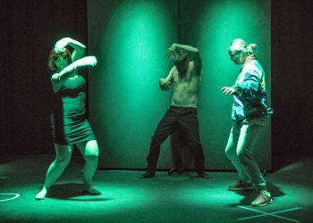 Muun muassa harrastajateatterissa näyttelemiseen ja harjoittelemiseen sekä tanssimiseen tulee tauko pääkaupunkiseudulla. Aihekuva.