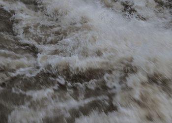 Kokemäenjoen vesistön putouskorkeudet ovat melkoisia. Näin hurjasti vesi tyrskyää Tyrvään varsin pien voimalaitoksen alapuolella.