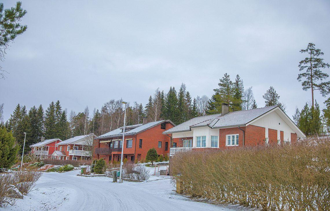 Oikean luonnon läheisyys, peruspalvelut, turvallisuus ja Tampereen kaupunkiseutua edullisemmat hinnat ovat saaneet omakotitalot käymään kaupaksi Sastamalassa.