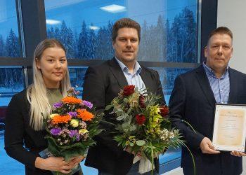 Elinkeinopalkinnon ottivat vastaan Pimara Oy:n yrittäjät Vesa-Matti Mäkinen (oikealla) ja Martti Lielahti sekä Roosa Mäkinen. Kuva: Matti Pulkkinen.