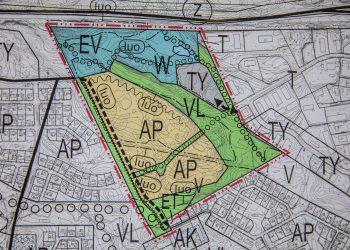 AP-merkintä kertoo pientalovaltaisesta asuntoalueesta, TY-merkintä teollisuusalueesta, VL-merkintä lähivirkirkistysalueesta, W-merkintä vesialueesta ja EV-merkintä suojaviheralueesta. Kuvan yläreunassa kulkee valtatie 11.
