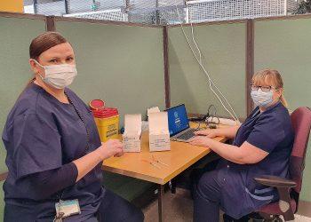 Sairaanhoitaja Heidi Sauramo ja apulaisosastonhoitaja Outi Törmä Nokian rokotuskeskuksen rokotustilassa. Kuva: Nokian kaupunki.