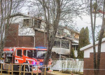 Kolmikerroksisen talon kaikki neljä huonestoa kärsivät palossa.