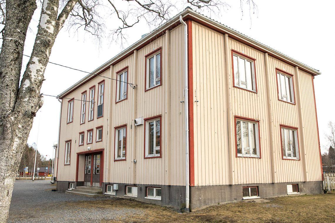 Pehulan hirsirakenteinen koulu on edelleen ryhdikäs rakennus.