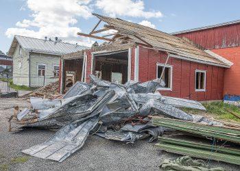 Varastorakennus puretaan hoivakodin tieltä.